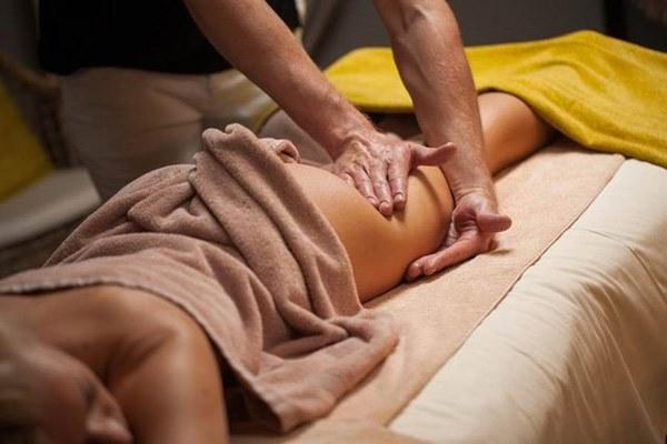 Đi Massage rồi ngủ quên, cô gái tỉnh dậy hốt hoảng thấy nam nhân viên trong tư thế nhạy cảm