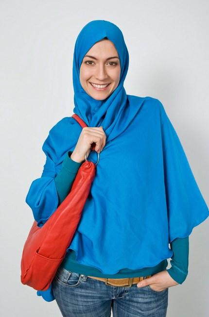 Tampil hijab dan padu pada warna biru dan jeans