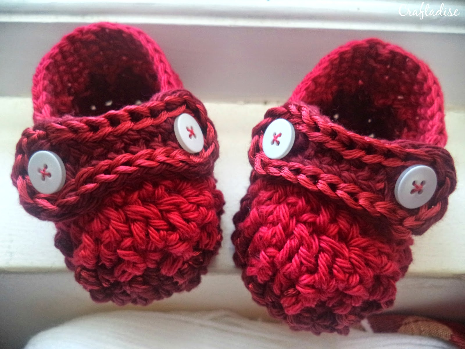 Free Crochet Pattern: Crochet Ribbed Baby Booties with Button Strap