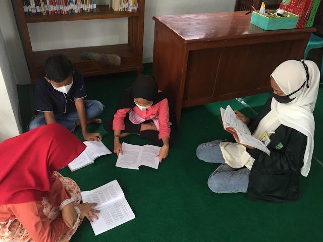 Mahasiswa KKN UNISNU Jepara Adakan Program Bimbel di Perpustakaan Desa Tahunan