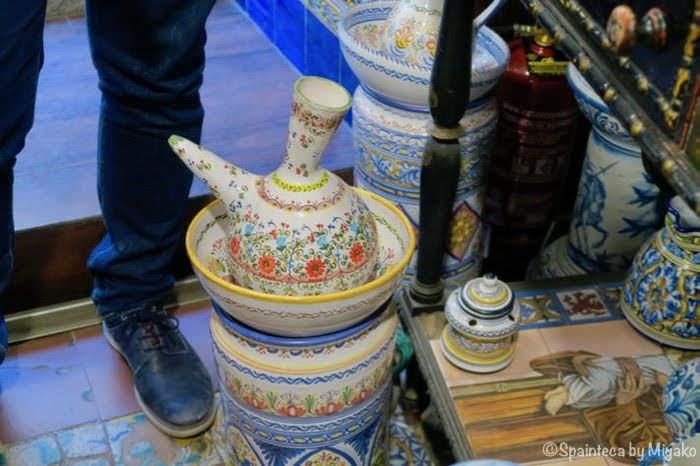 スペインで見つけた装飾の美しい陶器製のワインを直接飲むポロンと呼ばれる容器
