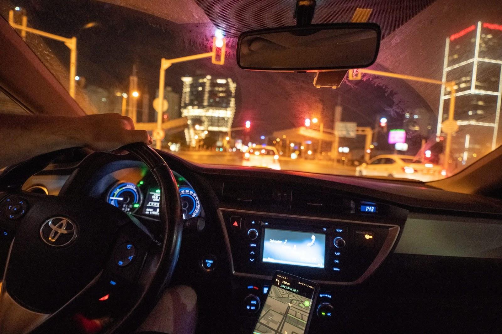 Вид из салона машины на ночной город