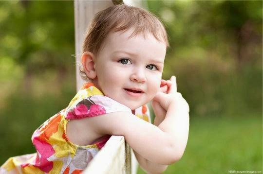 Foto anak perempuan cantik tersenyum manis