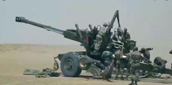 धनुष होवित्जर एक 155 मिमी प्रकाश क्षेत्र की बंदूक है जिसका उपयोग भारतीय सेना द्वारा किया जाता है और इसे आयुध कारखानों बोर्ड (ओएफडी) द्वारा विकसित किया जाता है। बंदूक को 2018 में शामिल किया गया था और यह बोफोर्स तोपों पर आधारित है। थर्मल व्यूइंग से लैस, धनुष होवित्जर में 15 सेकंड में तीन राउंड फायरिंग करने की क्षमता है।
