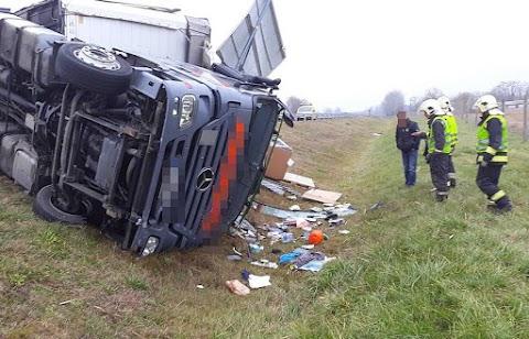 Felborult egy kamion az M5-ösön Szeged közelében