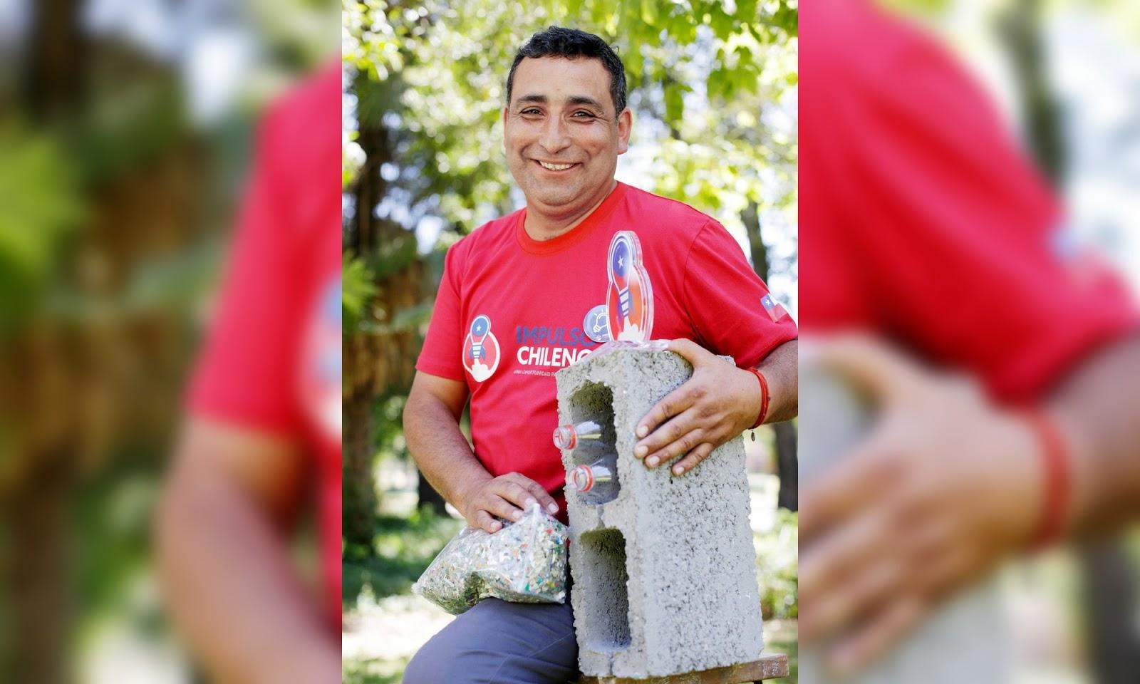Emprendedor enganchó a hermanos Luksic con bloques hechos con botellas plásticas