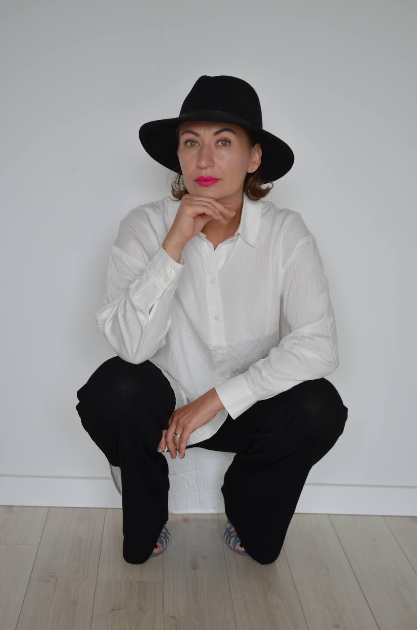 moda 40+,Fashion,czarna dluga sukienka,czarna sukienka maxi,czarny kapelusz,kobieta po czterdziestce,moda,kobieta 40+,niebieskie sandalki na szpilce,sukienka maxi Zara,