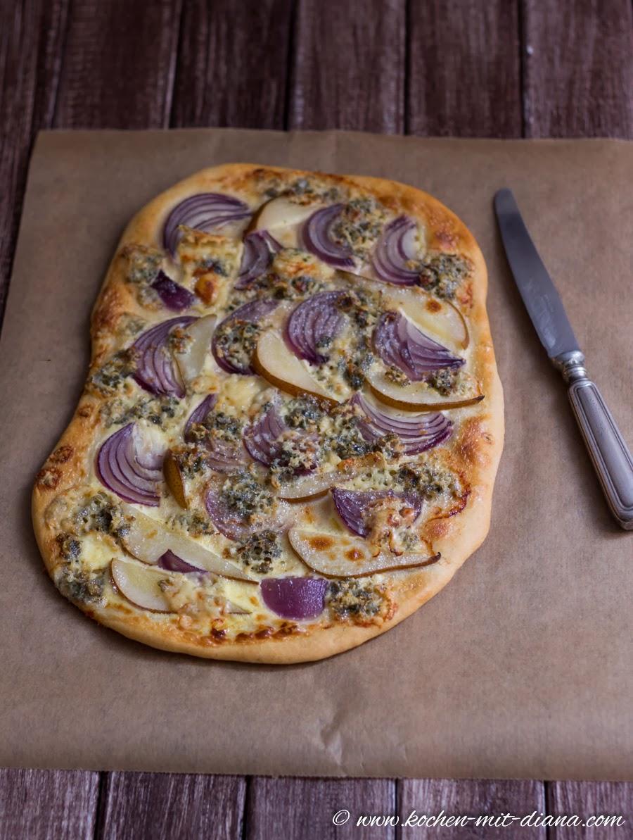 Flammkuchen mit Zwiebeln, Birnen und Gorgonzola