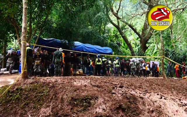 Rescataron a  2 niños y al entrenador que estaban atrapados en una cueva en Tailandia