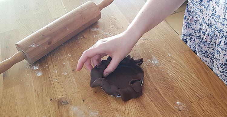 Pâte sucrée au cacao : fonçage
