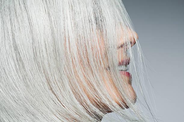 「白髪は抜くと増える」
