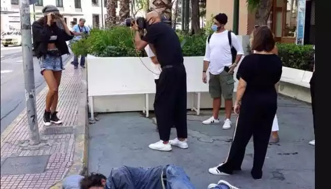 Δημήτρης Σκουλός: Σάλος στα social media με τη φωτογράφιση που έκανε δίπλα σε άστεγο
