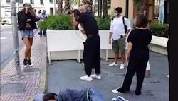 Ο Δημήτρης Σκουλός φωτογραφίζει και δίπλα του κοιμάται ένας άστεγος  Χαμό στα social media προκάλεσε φωτογραφία που κυκλοφόρησε στο Διαδίκ...