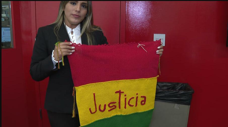 Ribera estuvo en EEUU la pasada semana y llevó consigo la manta que tejió su madre en rojo, amarillo y verde / TWITTER