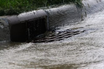 air yang membawa sedimen partikel jalanan area urban ke saluran air