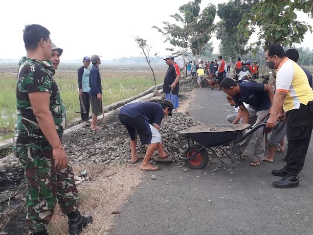 Sinergitas TNI-Polri di Bukateja Laksanakan Kerja Bakti Bersama Warga