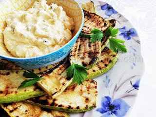 Гриловани тиквички с апетитен сос от крема сирене, майонеза и кисели краставички