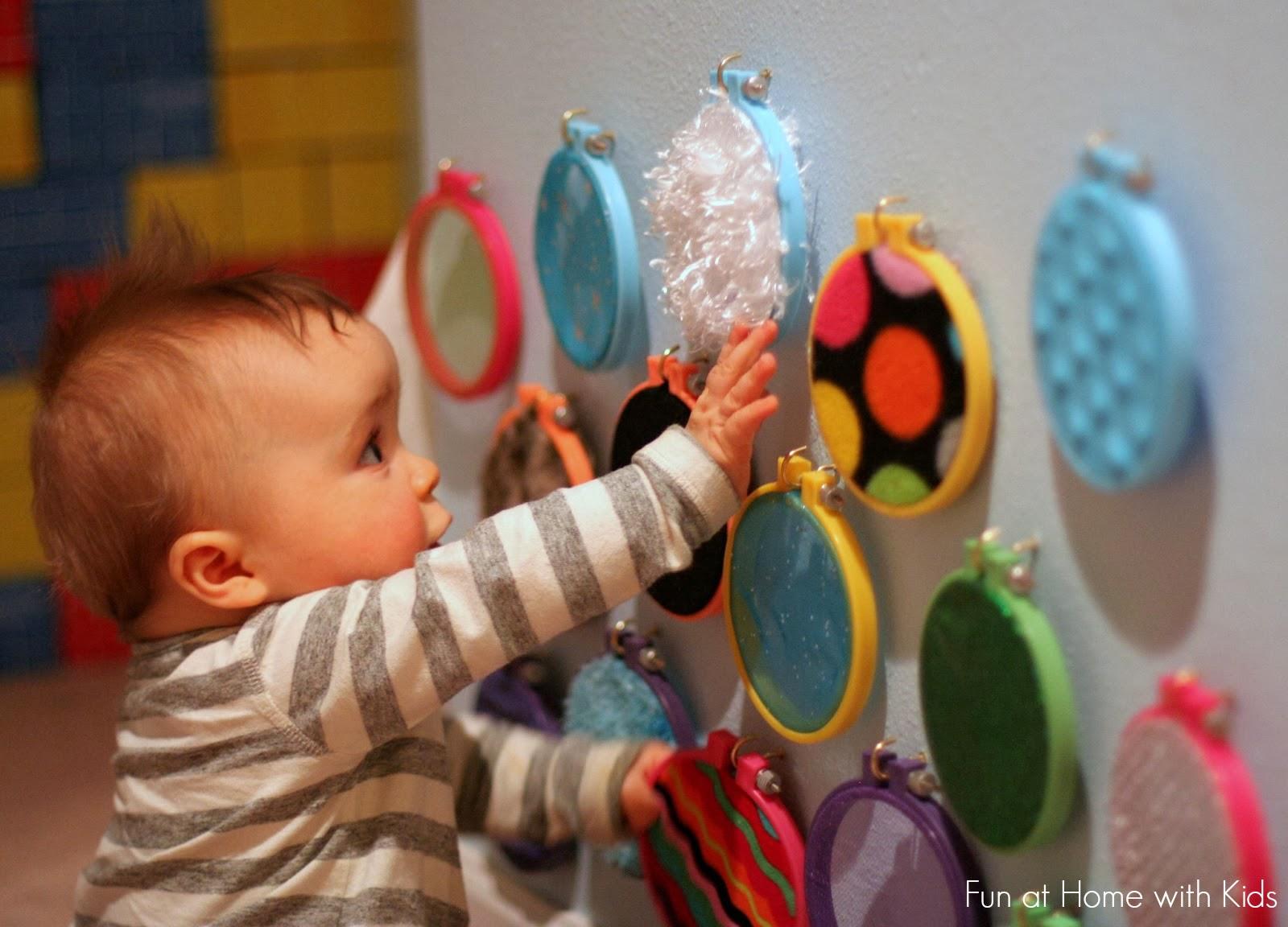 44de5758a Desenvolvimento tátil dos bebês e dicas de brinquedos e brincadeiras táteis