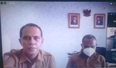 Asisten II Setda Kota Tual, Drs. Djamaluddin Rahareng (kanan) didampingi Kepala Bappeda Kota Tual, Dr. Fahry Rahayaan membuka secara resmi penyelenggaraan Program PESAT secara daring, Selasa (06/04/2021).