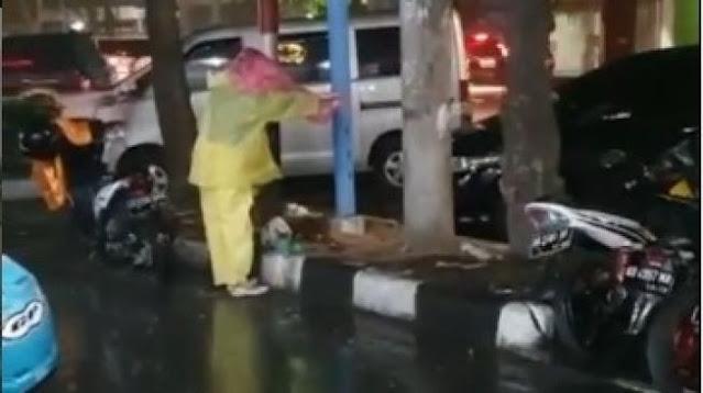 Ternyata Inilah Sosok Wanita yang Payungi Kucing Makan saat Hujan