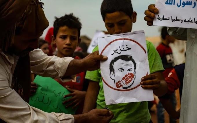 A muszlim világ nagyon megharagudott Emmanuel Macronra – francia zászlót és az elnök képét égetik