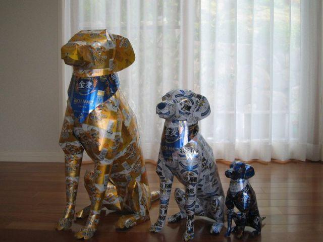 escultura de perro con latas de cerveza