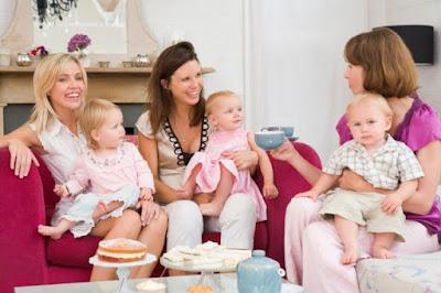 فوائد تكوين صداقات مع امهات اخريات بعد الولادة