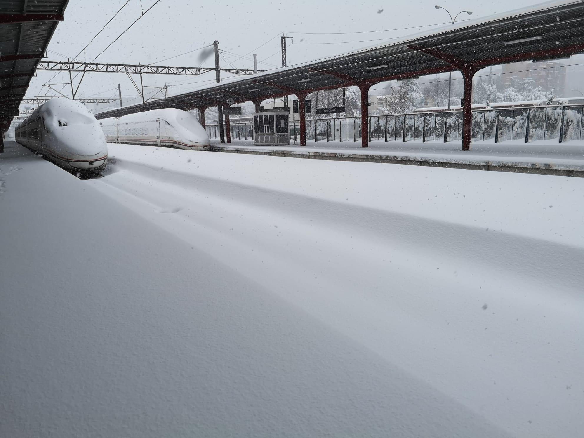 Estacion de tren en Madrid cubierta de nieve