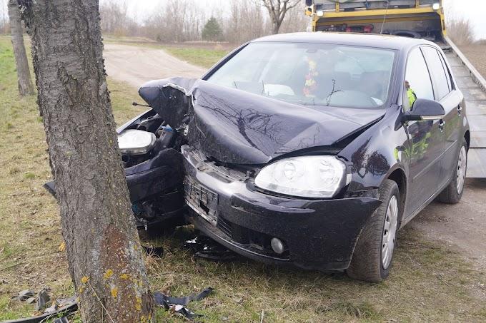 Auf Feldweg: VW prallt gegen Baum