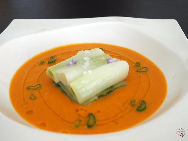 Crema con la base de salsa romesco y los típicos calçots, una variedad de cebolla tierna, asados