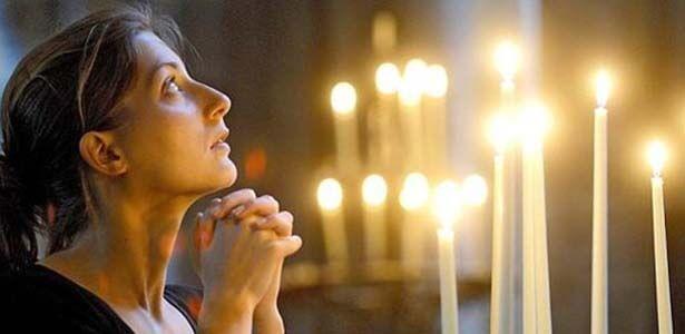 Esposa haciendo una oración para que su esposo sea fiel
