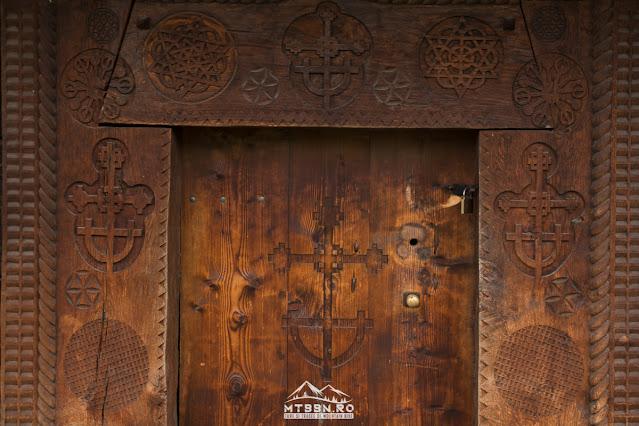 Usa bisericii de lemn din Budesti... ceva fantastic pentru pasionatii de simbolistică și geometrie sacră