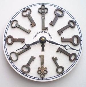Jam dinding terbuat dari kunci bekas.
