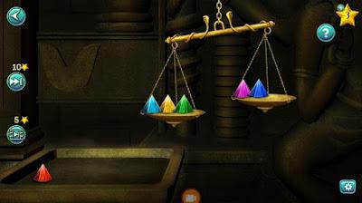 установка пирамид на весах, сохраняя баланс