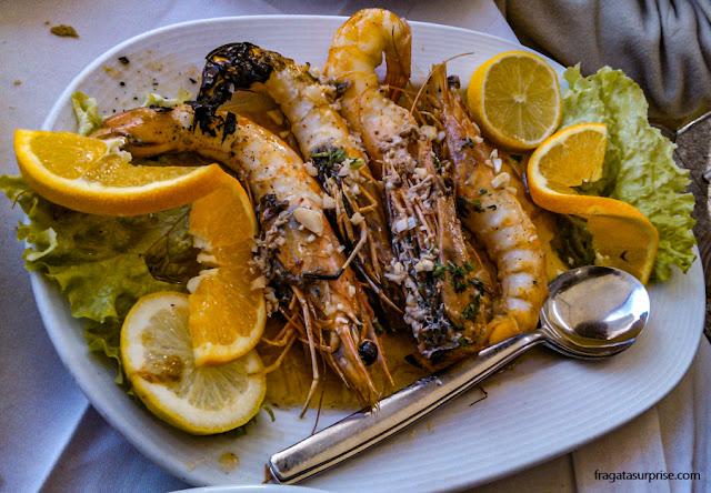Prato de camarões-tigre em um restaurante português