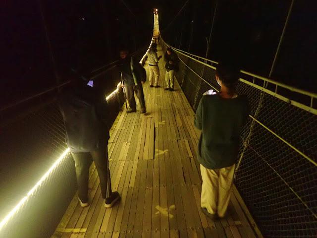 marka jaga jarak di jembatan gantung