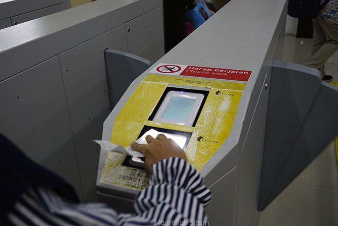 Proses scan (memindai) barcode tiket pada portal