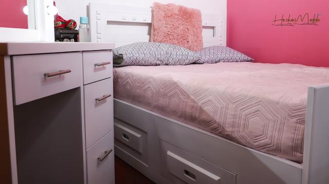 cama-matrimonial-con-gavetas-con-ropa-rosada