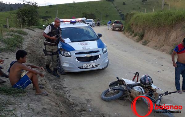 Motociclista bate de frente com caminhão e levado par ao hospital