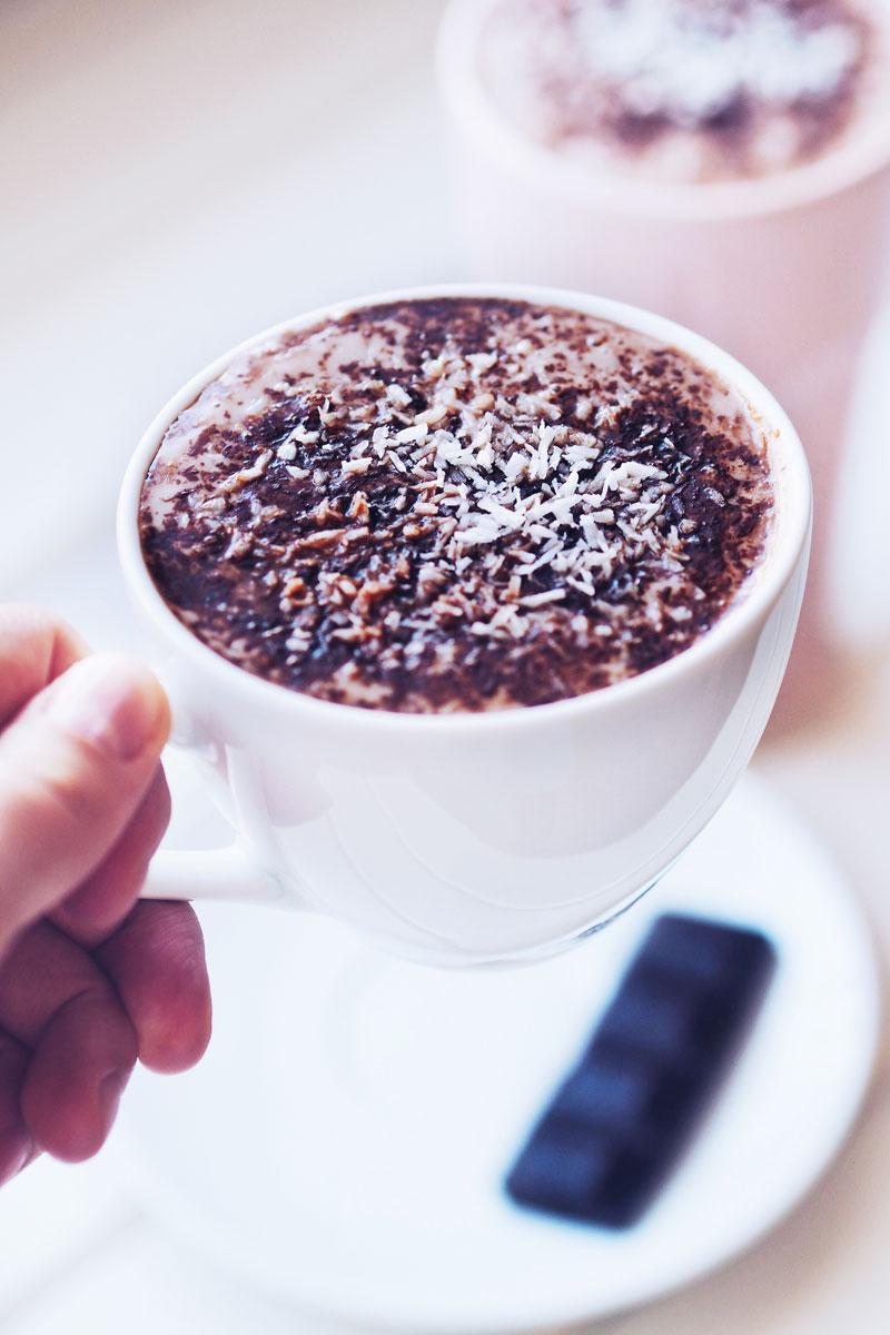 Gorące surowe kakao z bitą śmietaną z mleczka kokosowego.