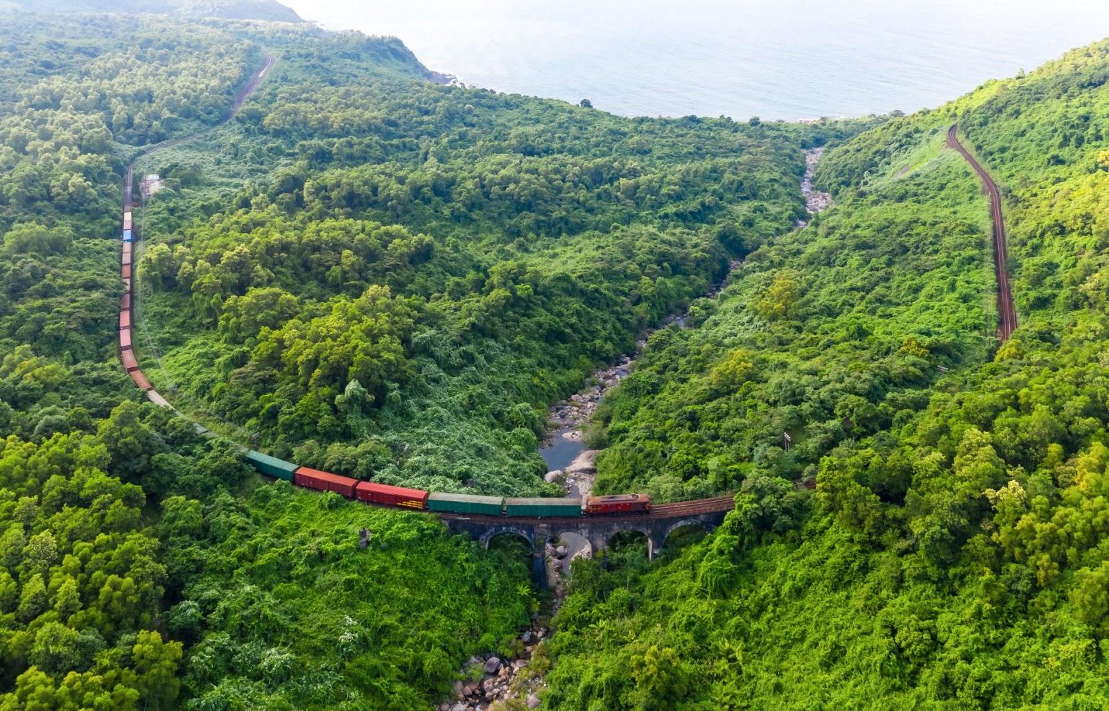 cung đường sắt nhìn từ trên cao