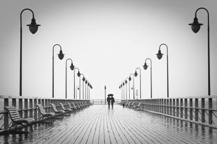 persone che camminano felici su di un ponte