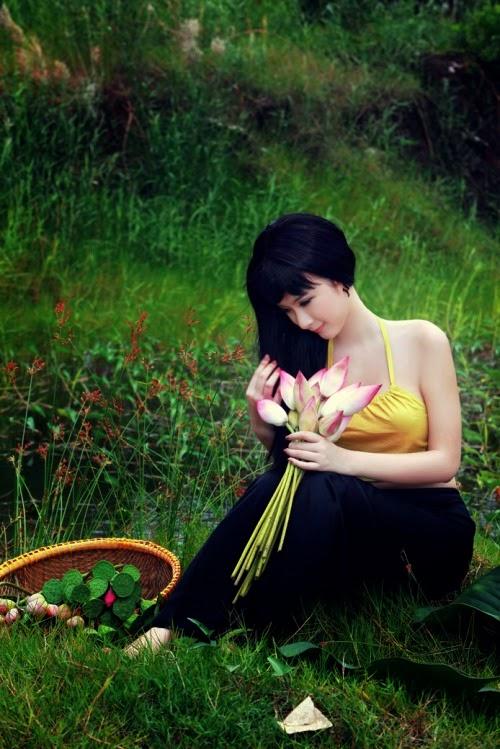 Angela Phương Trinh mặc áo yếm sexy trong bộ ảnh cổ trang