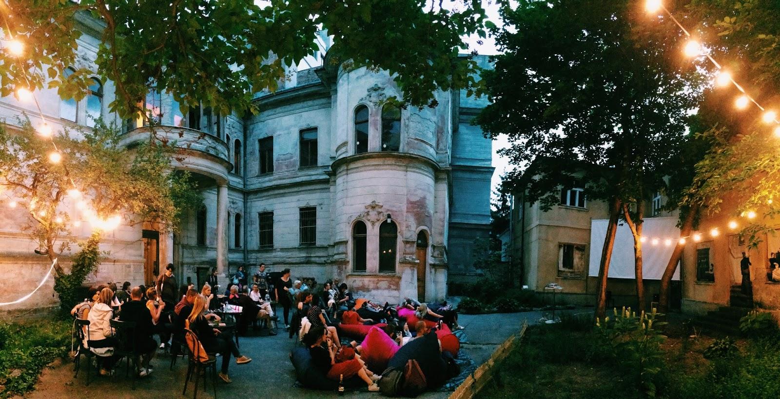 2c4a31b68 Úžasná atmoška nádvoria Pisztoryho paláca na Štefánikovej je na letné kino  ako stvorená. A občerstvenie od Soupy tej atmosfére mega pridáva.