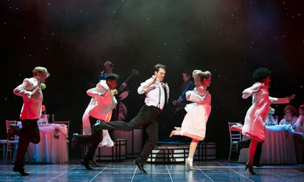 The-Wedding-Singer-New-Theatre-Cardiff-A-perfect-Mummies-night-out-cast-dancing-on-stage
