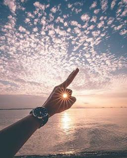 صور رائعة خلفيات شخص يحاول التقاط الشمس بيده