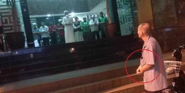 Perilaku Kakek Ini di Luar Masjid Bikin Terharu