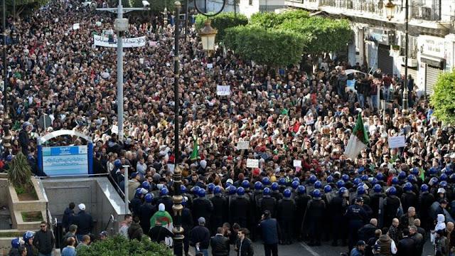 Masivas manifestaciones antigubernamentales en Argelia