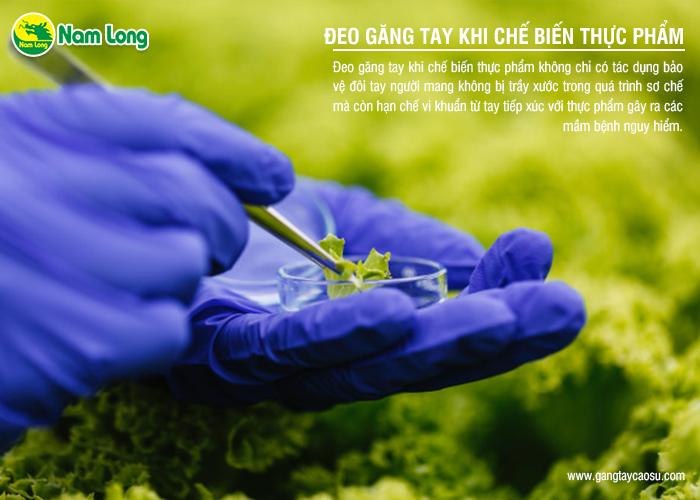 đeo găng tay cao su khi chế biến thực phẩm để tránh nhiễm virus
