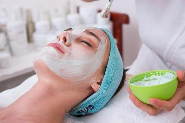 aprende ingles chica tratamiento de crema antioxidante regenerativa en la cara